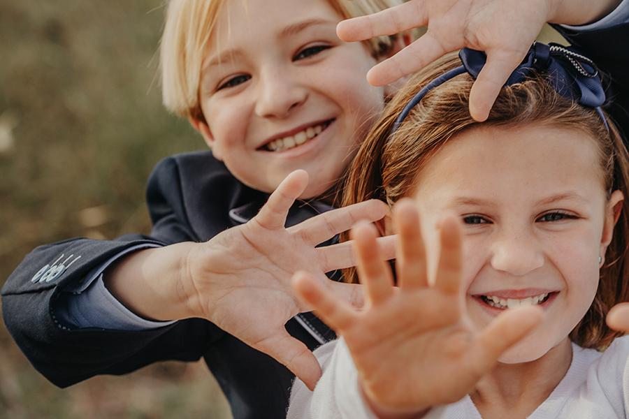 alejandro con su hermana menor