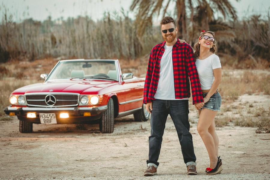 Pareja de novios en un Mercedes descapotable rojo