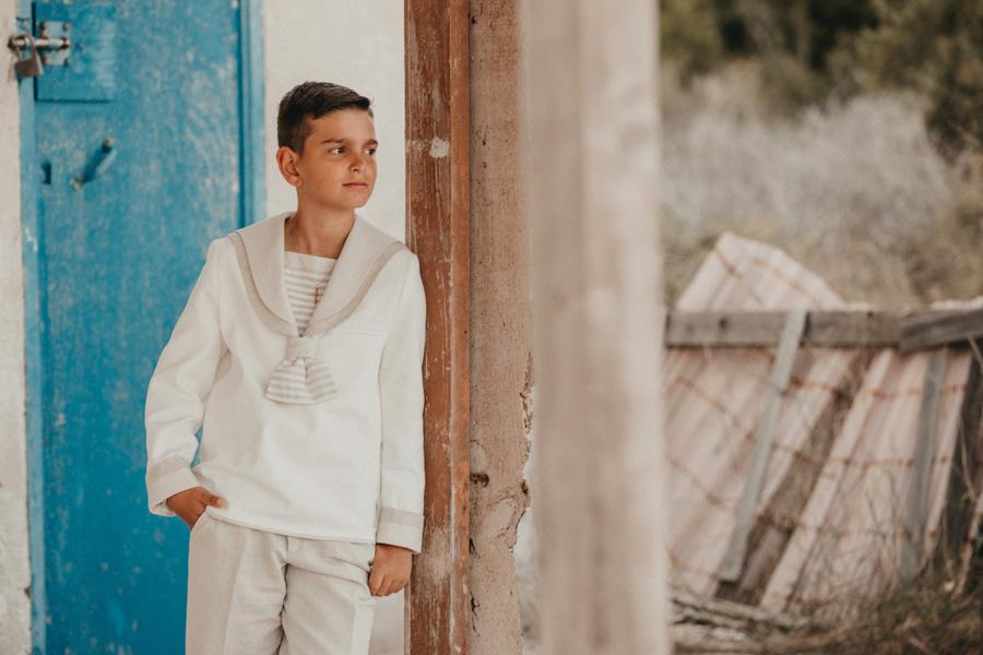 niño con traje de comunión en casa de marinero