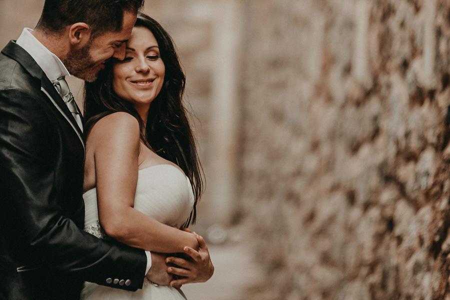pareja se mira sonriendo