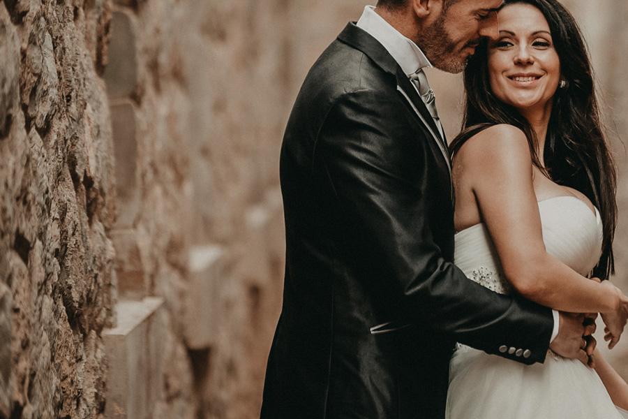 pareja abrazados dentro del castillo
