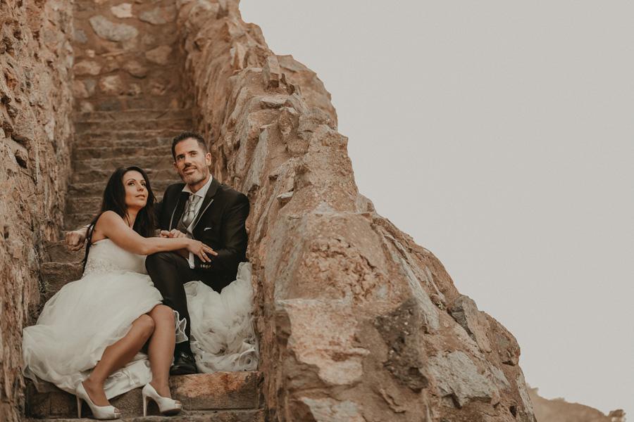 pareja abrazados en las escaleras del castillo