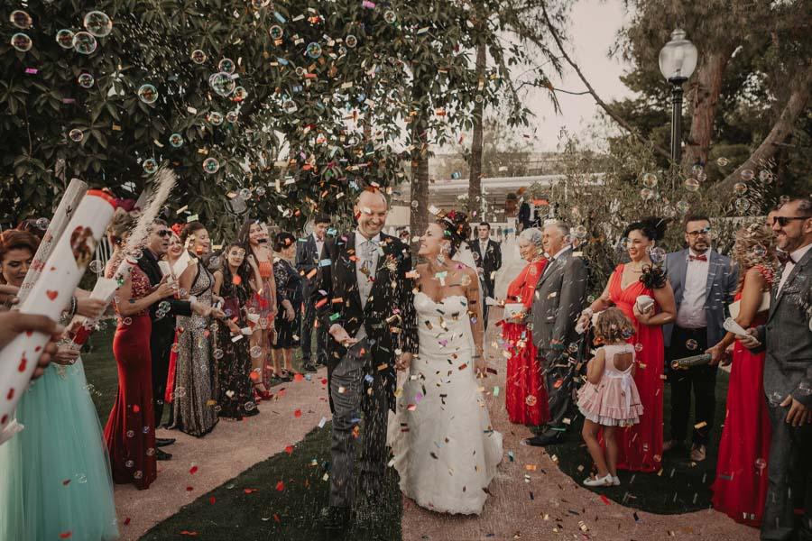fin de la ceremonia de la boda con pétalos y arroz